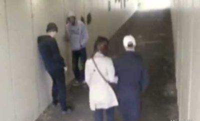 Dvaja muži mu v podchode napadli priateľku. On im za tento skutok uštedril brutálne ko.