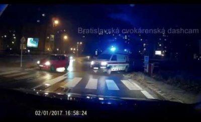 Vodič sanitky sa stal hitom internetu. Cez megafón vynadal vodičovi, ktorý stál pred ním.